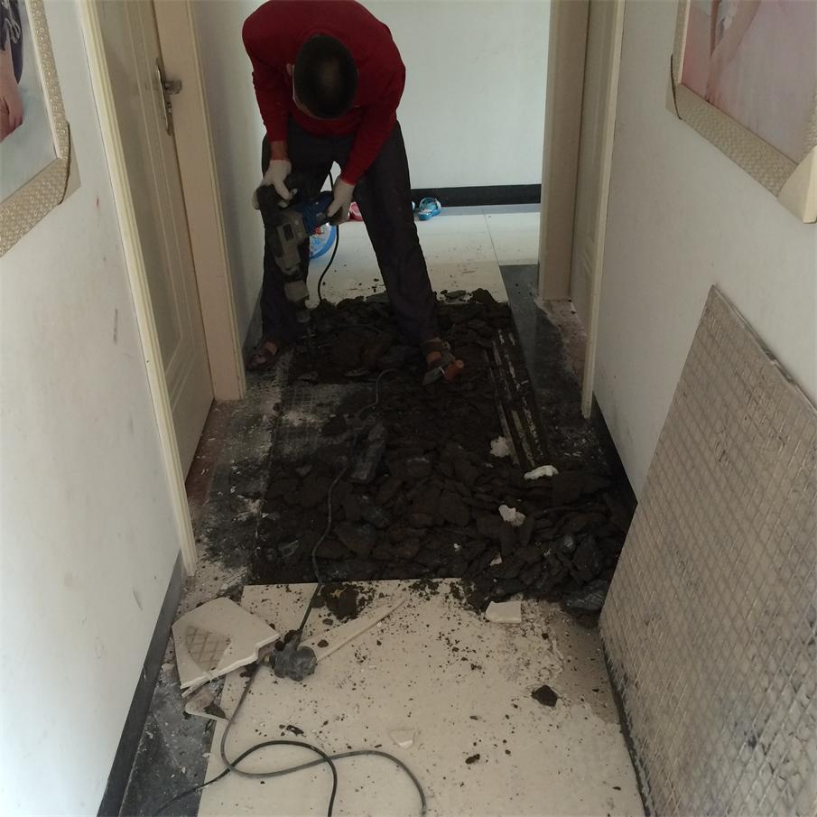 小区业主走廊水管爆裂修补工程